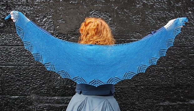 The Kunye Shawl, Designed by Clare Devine for TGSONEKAL and modelled by the fabulour Jess of Ginger Twist Studio.  Image Copyright Clare Devine, All Rights Reserved.